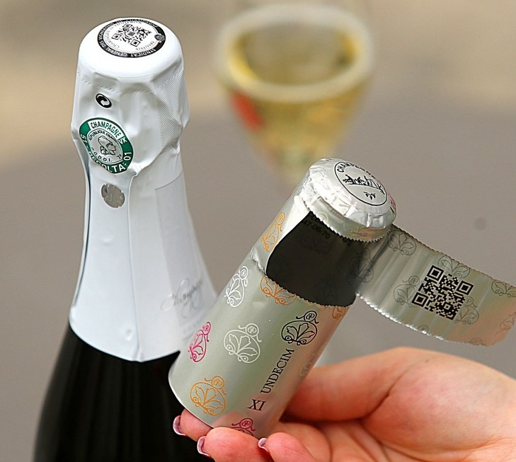 シャンパン業界のIT革命 キャップシールにQRコード
